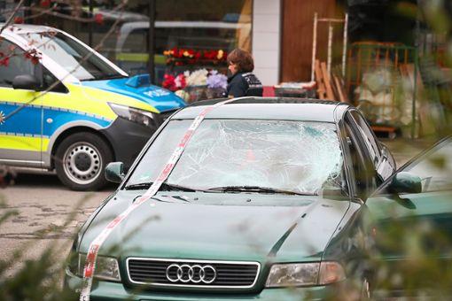 Auf dem Parkplatz eines Einkaufsmarktes wurde das  Unfallfahrzeug aufgefunden.  Foto: Marc Eich