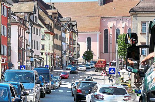 Typisches Bild am Nachmittag: In der 20er-Zone in der Rottweiler Innenstadt  staut sich der Verkehr.   Foto: Otto