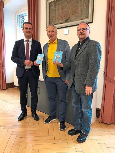 Das neue Buch Ens Blau nei gschrieba ist vor Kurzem an OB Stephan Neher übergeben worden.  Foto: Kulturamt Foto: Schwarzwälder Bote