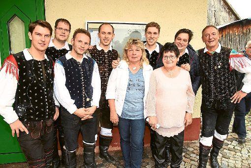 Gisela Boller (links, Mitte) und Gudrun Lutz (daneben) mit Sašo Avsenik und seinen Oberkrainern.   Foto: Maier Foto: Schwarzwälder-Bote
