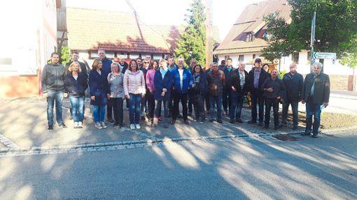 Bei der vorletzten Ortsbegehung vor der Wahl  haben sich  Gemeinderatskandidaten  der Freien Wähler und der Unabhängigen Wählergemeinschaft  Bickelsberg angeschaut.  Foto: May Foto: Schwarzwälder Bote