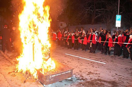 Die Fasnet 2018 in Dauchingen ist Geschichte – Am Dienstagabend wurde in Dauchingen die Strohpuppe unter dem Wehklagen der Teufel verbrannt.    Foto: Preuß