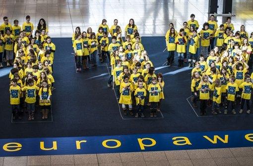 112 Kinder formieren sich am Flughafen zur Notrufnummer 112 Foto: Leif Piechowski