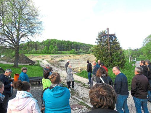 Beim Dorfrundgang am neuen Baugebiet Am Pfaffenberg in Melchingen.   Foto: Barth Foto: Schwarzwälder Bote