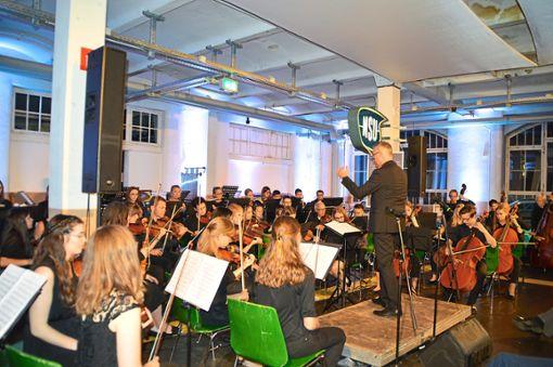 Das Auto- und Uhrenmuseum verwandelt sich in eine große Konzertbühne für das Sinfonieorchester.  Fotos: Anton Foto: Schwarzwälder Bote