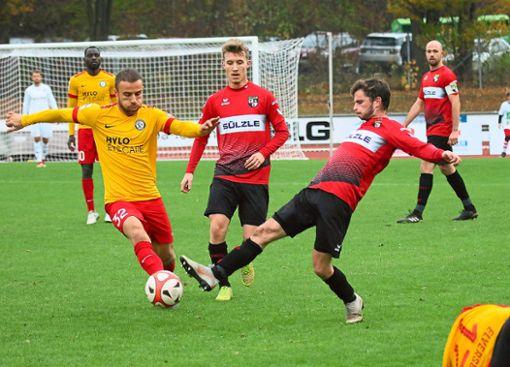 Ein starkes Debüt gab der erst 19-jährige Enrico Huss (Mitte) beim 2:0-Erfolg der TSG Balingen gegen die Sportvereinigung Elversberg.  Foto: Kara