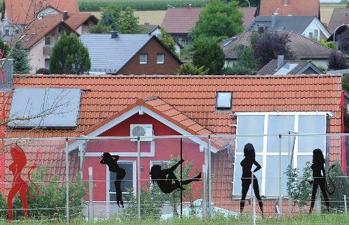 Nicht ganz alltäglich sind die erotischen Figuren, die den Balkon in Rohrdorf schmücken. Doch was passiert hinter den Scheiben?  Foto: Hopp