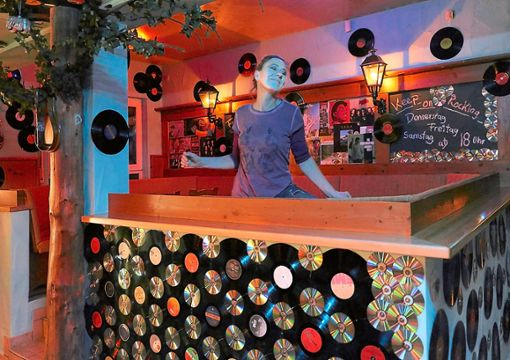 850 Schallplatten hat Jessica Cremer an den Wänden des neuen Rock-Cafés befestigt.  Foto: Lück