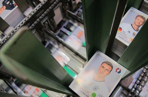 Die EM in Frankreich startet im Sommer, genauer am 10. Juni. Der Druck der Panini-Sammelbilder beginnt aber schon jetzt. Foto: dpa