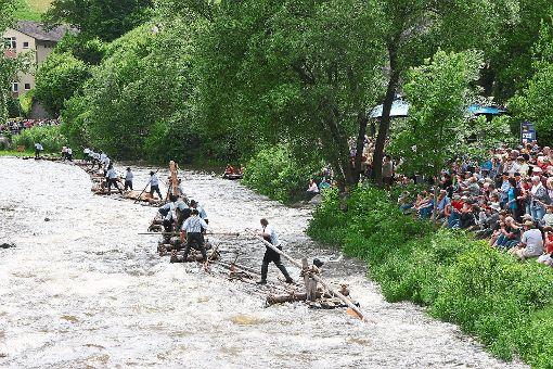 Höhepunkt des dreitägigen Fests: Mit einem 130 Meter langen Floß schippern die Wolfacher Kinzigflößer am Sonntag, 20. August, ab 15 Uhr auf der Kinzig entlang.    Foto: Archiv: Bea