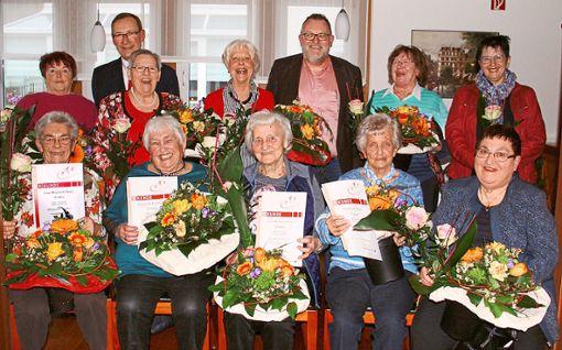 30 Jahre Gymnastik feiern die Frauen. Mit auf dem Bild sind Helmut Woitas, Lutz Strobel und Anneliese Moosmann (hinten von links)  Foto: jak Foto: Schwarzwälder Bote