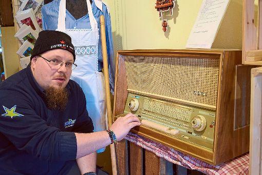 Stefan Haug mit dem Freudenstadt-Radio, das jetzt im Café Kuckuck steht.  Foto: Bösel