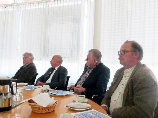 Ins Bild setzen zur Kriminalitätslage im Kreis Rottweil ließen sich gestern auch vier Kreistagsfraktionen, die ihre Vertreter (von links) Thomas Engeser (FWV), Rainer Hezel (CDU), Wolfgang Lehrke (FDP) und Hubert Nowack (Grüne) geschickt hatten.   Foto: Scheidel Foto: Schwarzwälder-Bote