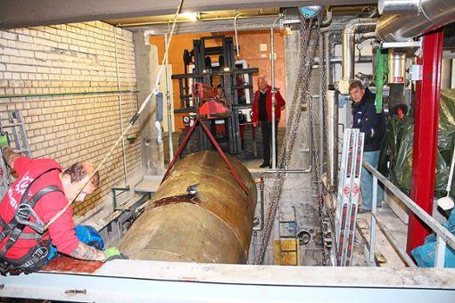 Der Ammoniak-Tank wird in der Helios Arena aus dem Boden gehoben. Die neue Kühlanlage soll bis 15. Juli installiert sein, damit pünktlich zur  Saisonvorbereitung die Eisfläche in der Arena aufbereitet werden kann.    Foto: Pohl Foto: Schwarzwälder Bote