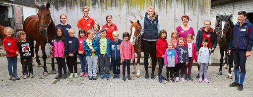 Ferienerlebnis auf dem Hirschhof: Die Teilnehmergruppe am Dienstag mit den Pferden Lucky Boy und Wendy und die zweite Gruppe von Mittwoch mit den Pferden Lucky Boy, Wendy und Muneca  Fotos: Tischbein Foto: Schwarzwälder Bote
