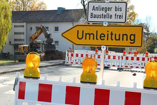 Der Verkehr wird durch die Baustelle oder die Ebinger Innenstadt geleitet. (Symbolbild) Foto: Simon