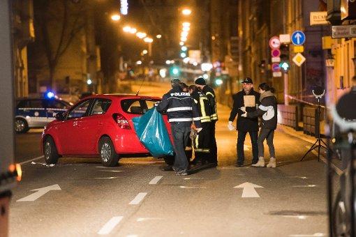 Auf der Hauptstätter Straße in Stuttgart sichern Beamte den Tatort. Foto: www.7aktuell.de   Oskar Eyb