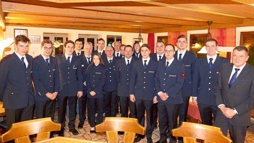 Zahlreiche Beförderungen und eine Ehrung gab es bei der Ostelsheimer Feuerwehr.   Foto: Tröger Foto: Schwarzwälder Bote