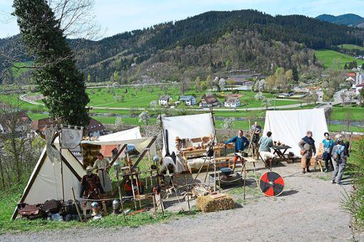 Hoch über Hausach, unterhalb der Burg, hatte die Gruppe Villsvin Af Svear am Wochenende ihr Lager aufgebaut.    Foto: Wölfle