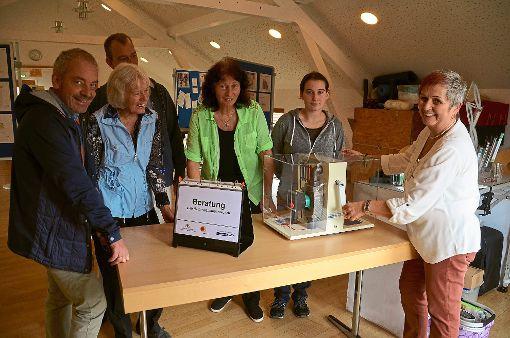 Monika Falkenthal (rechts) von der Gemeinschaft der Energieberater im Landkreis Calw erläuterte Besuchern Möglichkeiten zur Energieeinsparung.  Foto: Bausch Foto: Schwarzwälder-Bote