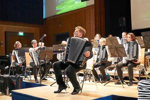 Dirigent Sergej Rjasanow überzeugte auch als Akkordeon-Solist.   Fotos: Stawenow Foto: Schwarzwälder Bote