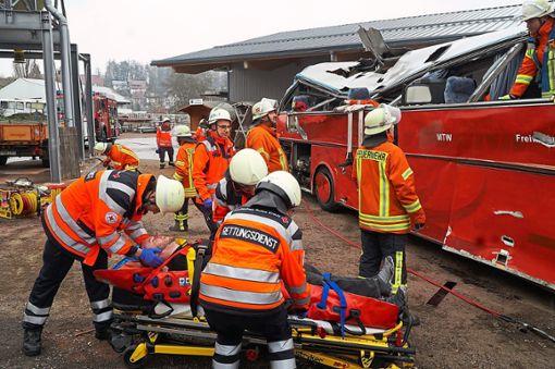 Mit etlichen Verletzten haben sich die Rettungskräfte bei einem fiktiven Busunglück  auseinanderzusetzen.     Foto: Bächle Foto: Schwarzwälder Bote