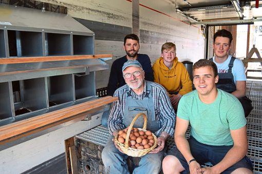 Bauernhof verbindet Generationen: Am neuen Hühnermobil haben alle gemeinsam gearbeitet.  Foto: Zelenjuk Foto: Schwarzwälder Bote