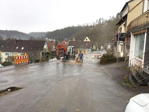 In der Schlossbergstraße wird ein Loch im Wasserversorgungsnetz repariert.   Foto: Huber