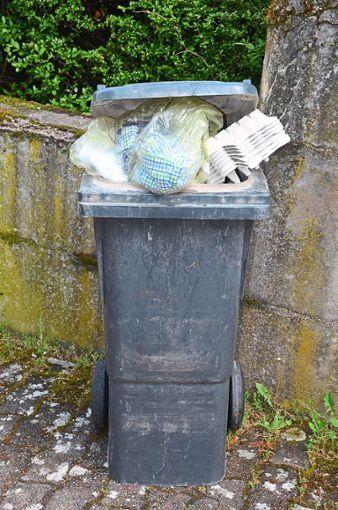 Überquellende Restmülleimer, vor allem noch mit Abfällen vollgestopft, die im hervorragenden Abfallsortiersystem des Schwarzwald-Baar-Kreises da gar nicht reingehören, machen im Abfallwirtschaftsamt Ärger und gehen kostenmäßig zu Lasten aller Abfallgebührenzahler. Foto: Winkelmann-Klingsporn