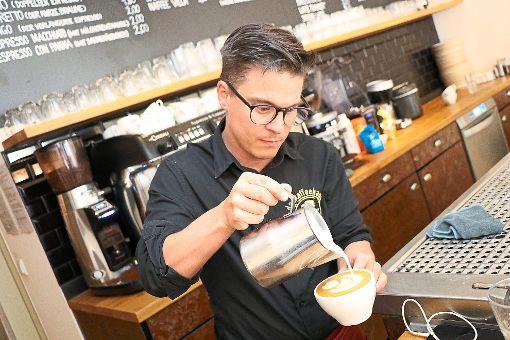 Klaus Fehrenbach eröffnet 2011 das Café in der Färberstraße. Foto: Kaufmann