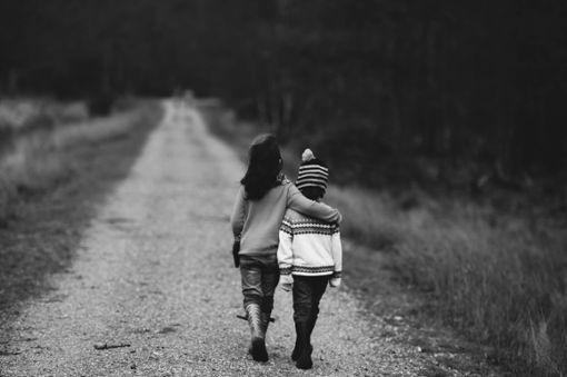 Der Junge war mit seiner Schwester unterwegs. (Symbolfoto) Foto: © pixabay / AnnieSpratt