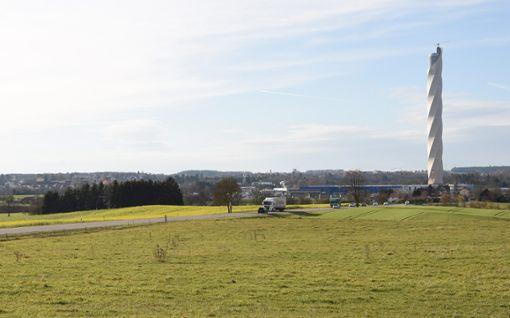 Der Test-Turm bringt Bewegung ins Berner Feld. Die Stadtverwaltung legt einen Plan vor, laut dem auch Hotels und Gaststätten auf dem Berner Feld erstellt werden dürfen.     Foto: Nädele