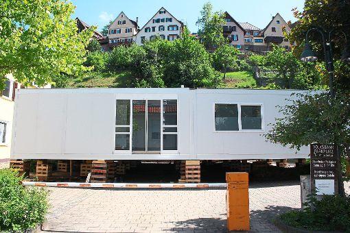 Die Bank-Container sind inzwischen aufgestellt. Am kommenden Freitag, 23. Juni, findet der Umzug der Bankmitarbeiter in diese Zwischenlösung statt.    Foto: Köncke