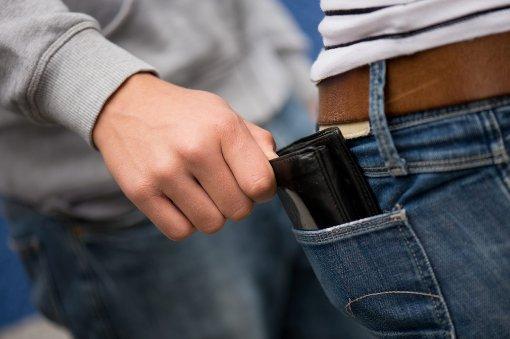 Einer Person wurde die Geldbörse entwendet, daraufhin kam es zu einer Schlägerei. (Symbolfoto) Foto: dpa
