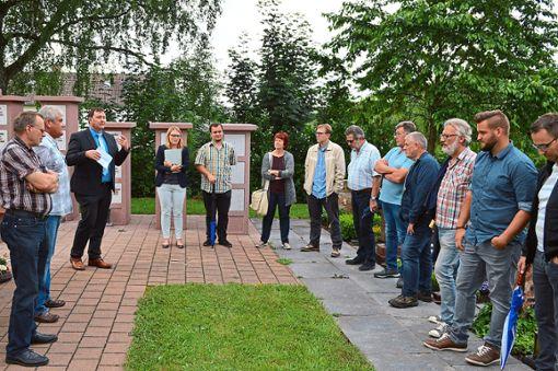 Bürgermeister Michael Lehrer (Dritter von links) und seine Ratskollegen beim Vor-Ort-Termin  Foto: Herzog Foto: Schwarzwälder Bote