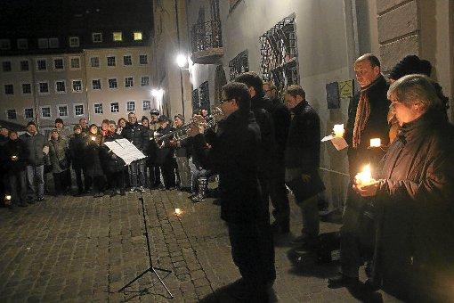 Zum vorerst letzten Mal fand am Sonntagabend auf dem Villinger Münsterplatz die Mahnwache für eine bessere Erinnerungskultur statt. Foto: Heinig