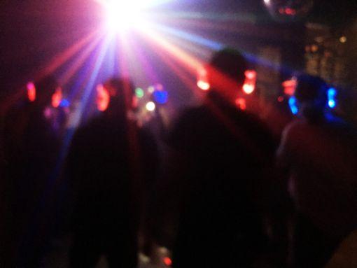 Getanzt wird laut, bunte Lichtkringel gibt es inklusive – und dazu  Musik nach Wahl aus dem eigenen, bunt beleuchteten Kopfhörer.   Fotos: Weiger Foto: Schwarzwälder Bote