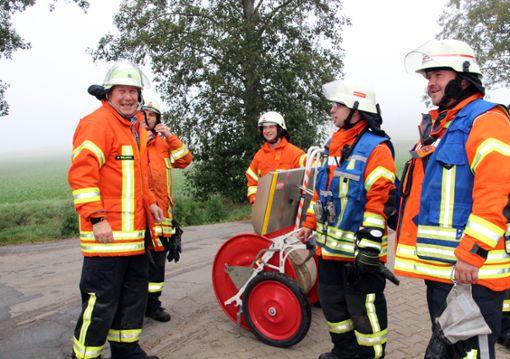 Die Feuerwehrleute löschten am Mittwoch in Riedböhringen einen Flächenbrand.    Foto: Lutz