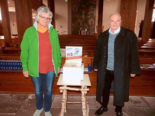 Diakonie-Beauftragte Martina Hammann und Pfarrer Immanuel Raiser freuen sich über jedes Handy, das in dieser Box landet.  Foto: Werthenbach Foto: Schwarzwälder Bote