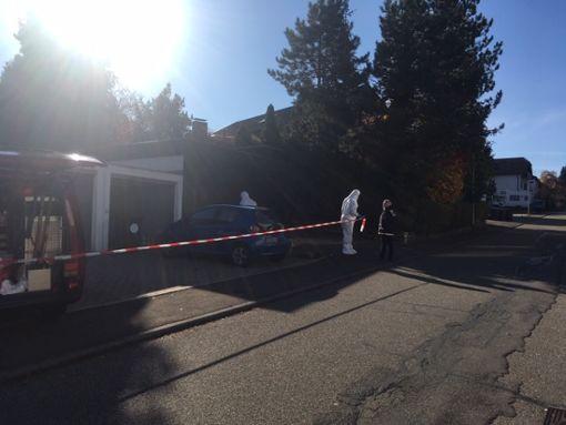 Polizisten und Spurensicherung untersuchen den Tatort. Foto: Lück