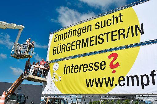 Empfingen sucht einen Bürgermeister – oder eine Bürgermeisterin – und möchte für das Amt mit einem großen Banner an der Autobahn Werbung machen. Foto: Baiker