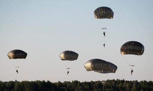 Die US-Army könnte das Absetzgelände bei Haiterbach nutzen, um Fallschirmspringer abzusetzen. Der FDP-Politiker Michael Theurer hat sich gegen ein Absetzgelände in Haiterbach ausgesprochen. (Symbolbild)  Foto: Kulbis
