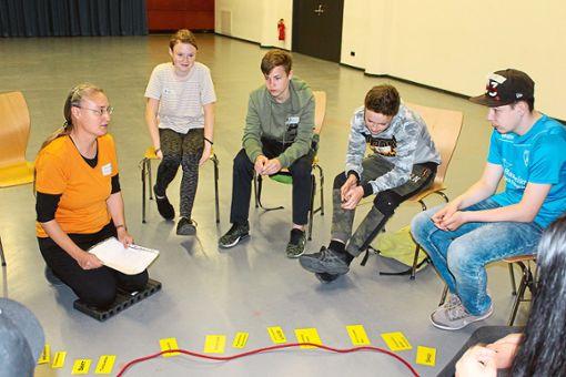 Gertrud Teller (links) leitet einen Workshop für Schüler zum Thema Alkohol.  Foto: Steinmetz Foto: Schwarzwälder Bote