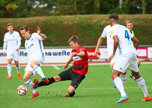 Eine schmerzhafte 0:3-Niederlage setzte es für Nils Schuon und die TSG Balingen im Hinspiel gegen den FK Pirmasens.  Foto: Kara