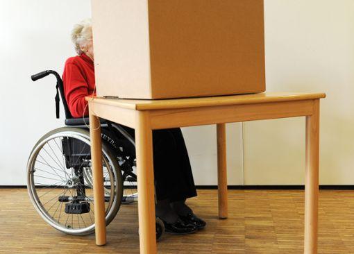 Auch wer im Rollstuhl sitzt, muß an den Wahlen teilnehmen können.  Symbolfoto: Warmuth Foto: Schwarzwälder Bote
