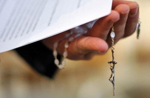 Weil er nach der Trennung von seiner Ehefrau mit seiner neuen Partnerin ein Kind bekommen hat, ist einem langjährigen Mitarbeiter der Diözese bRottenburg/b fristlos gekündigt worden. Die Kirche wirft dem 49-Jährigen Ehebruch vor. a href=http://www.schwarzwaelder-bote.de/inhalt.rottenburg-wegen-ehebruchs-fristlos-entlassen.4ada417c-4b48-42f3-9695-98198f415329.html target=_blankstrongZum Artikel/strong/abr Foto: dpa