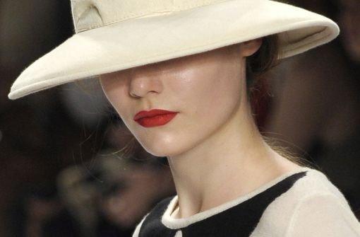 Ob betont weiblich oder reduziert, der Abend gehört Ihnen und Sie müssen sich mit Ihrem Make-up wohl fühlen. Also, lieber nicht erst am 31.12. mit einem neuen Look experimentieren. Probieren Sie das geplante Make-up lieber schon ein paar Tage vorher aus, dann geht es auch am Abend des Jahreswechsels leichter von der Hand. Kleiner Tipp: Eine Feuchtigkeitsmaske vor dem Schminken polstert die Haut für ein paar Stunden und kaschiert kleine Fältchen. Foto: dpa