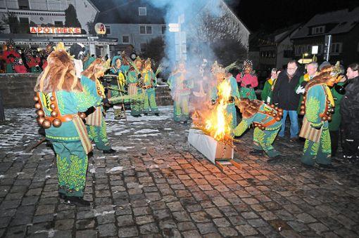 Die Pfrieme-Stumpe verbrennen ihr Erkennungszeichen auf dem Dorfplatz von Tennebronn, einem Ortsteil von Schramberg, und beenden traurig die Fasnet.   Foto: Ziechaus