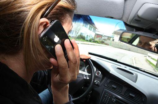 Ablenkung durch Telefonieren: das Unfallrisiko ist deswegen drastisch gestiegen. Foto: dpa