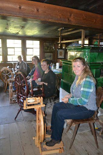 Am Samstag, den 28. Oktober, leitet Diana Seidel von 10 bis 13 Uhr zum Spinnen am Spinnrad an.   Foto: Vogtsbauernhof
